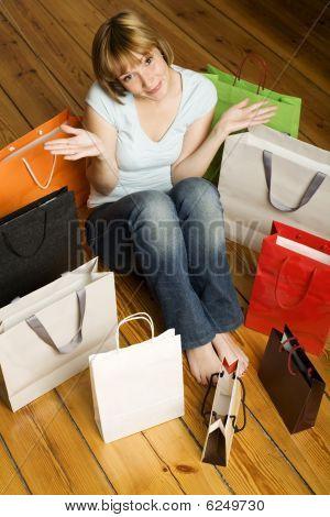 Joven, rodeada de bolsas