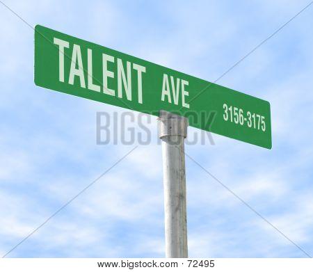 Signo de calle con temas de talento