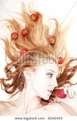 Frau mit Silber Make-up Erdbeeren Essen