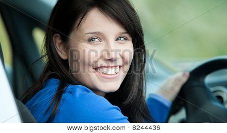 Brilhante Driver feminino sentado em um carro