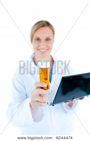 Charesmatic doctora Holding A Laptop y pastillas