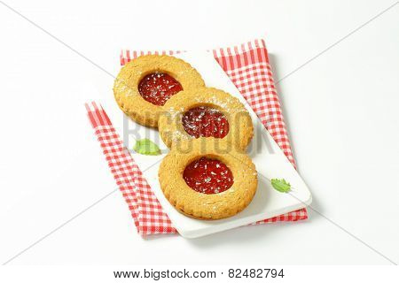 Round Linzer cookies filled with raspberry preserve