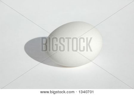 Ei auf neutralem Hintergrund