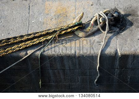 Quay side mooring hook with ropes under strain