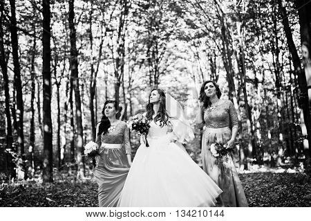 Bride With Bridesmaids On Turqoise Dresses Outdoor