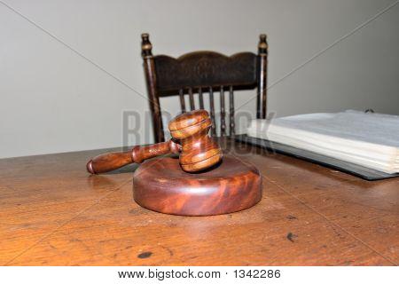 Martelo na mesa