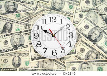 Dólares y reloj de pared