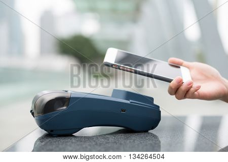 Customer pay with cellphone on pos terminal