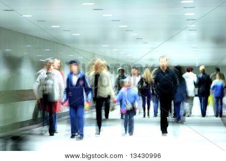 pessoas indo em um corredor