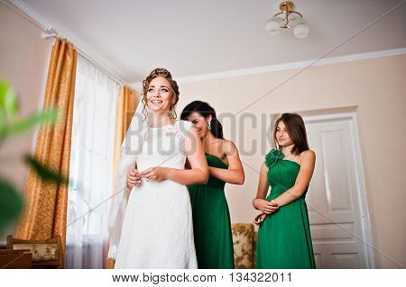 Two Gracefully Bridesmaids On Green Dress Wear Cute Bride