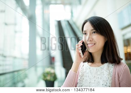 Woman discuss on cellphone