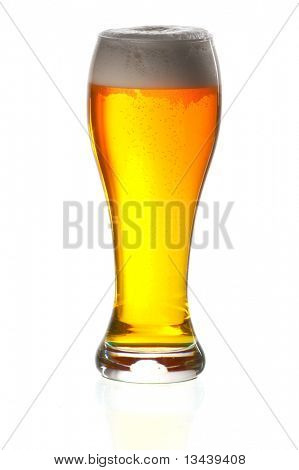 Glas Bier close up mit Froth over white background