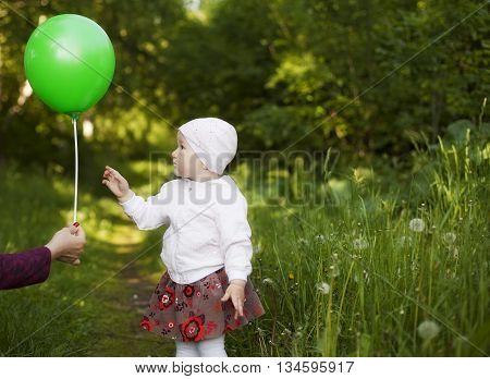little girl learns a balloon summer in the Park