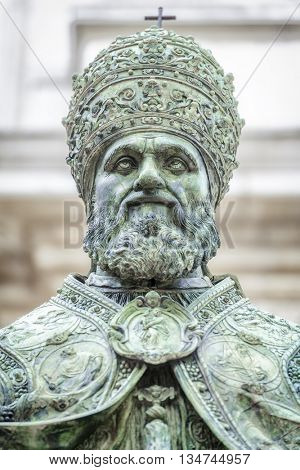 An image of a statue of Pope Sixtus V in front of the Basilica della Santa Casa in Italy Marche