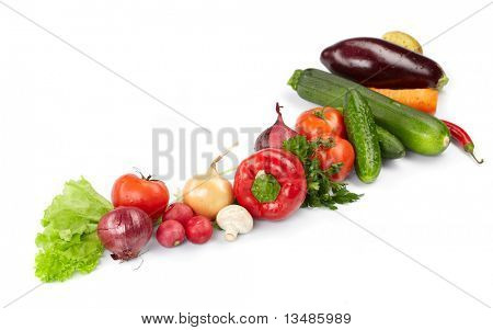 verduras frescas sobre fondo blanco