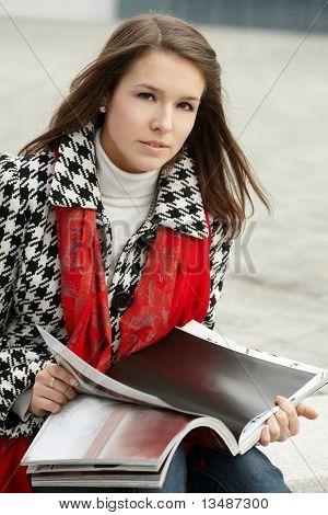 Junge Frau mit Magazin