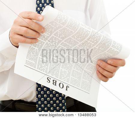 Hombre en camisa y corbata buscando trabajo - Closeup