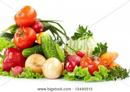 frisches Gemüse auf dem weißen Hintergrund