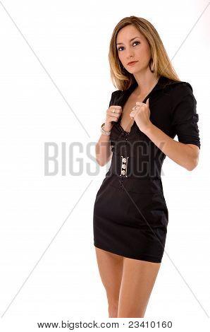 Beleza loira em um vestido preto curto, isolado no branco