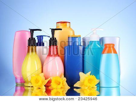 botellas de productos de salud y belleza en fondo azul con reflexión