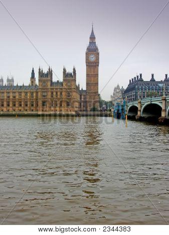Reloj de la torre de Londres en brumoso día, Big Ben