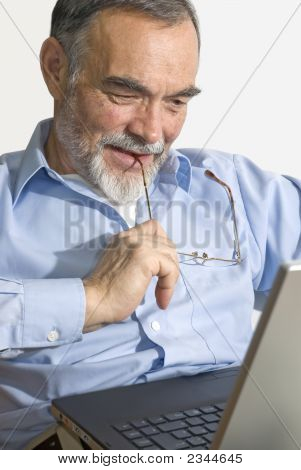 Senior auf Laptop