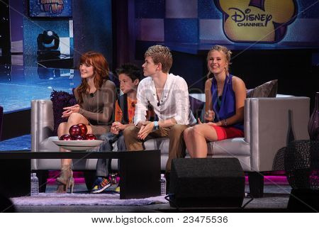 LOS ANGELES - AUG 21: Bella Thorne, Davis Cleveland, Kenton Duty, Caroline Sunshine auf der D23 Expo