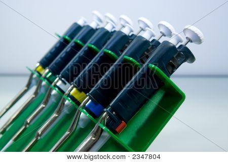 Conjunto de pipetas en un soporte de la pipeta