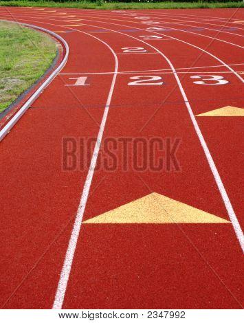 Una curva más adelante a una pista de atletismo.