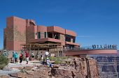 OESTE do GRAND CANYON, AZ-16 de agosto: Turista visitar o Skywalk na borda oeste do Grand Canyon em juntar