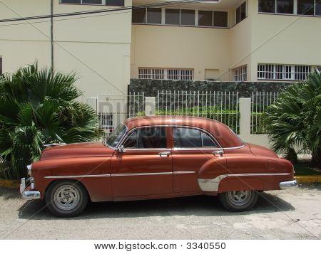 Vista lateral de um carro velho americano