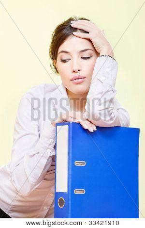 Frau mit Dateien