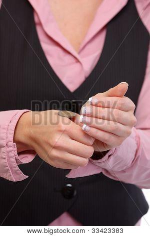 Closeup en mano femenina apertura sacudir resultado de moneda