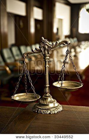 Decorativa balança da Justiça no Tribunal