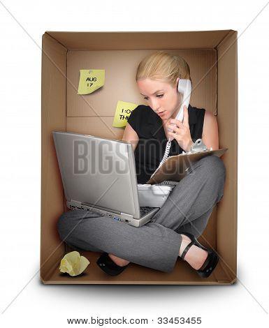 kleine Business-Frau im Büro Schachtel