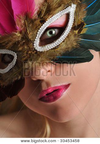 Hermosa mujer en traje de máscara