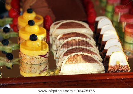 Dessert-Fach mit dekorativen Kuchen