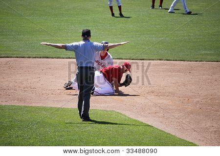 él arbitrar las señales seguro para el corredor de una Seadogs' Portland en segunda base