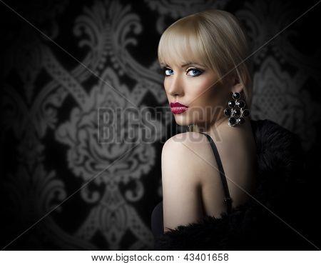 Retrato de mujer joven hermosa en abrigo de piel de lujo