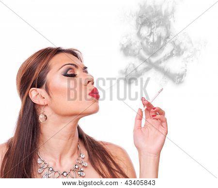 Mediados de edad mujer fumar y soplar humo-cráneo, aislado en blanco