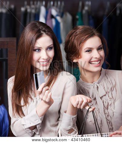 Mulheres bonitas têm cartão de crédito para pagar todas as pechinchas