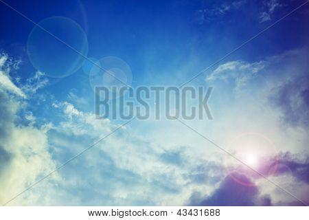 Celestial cielo azul brillante con los rayos del sol