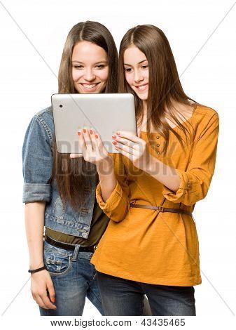 Meninas adolescentes compartilhando um computador Tablet.