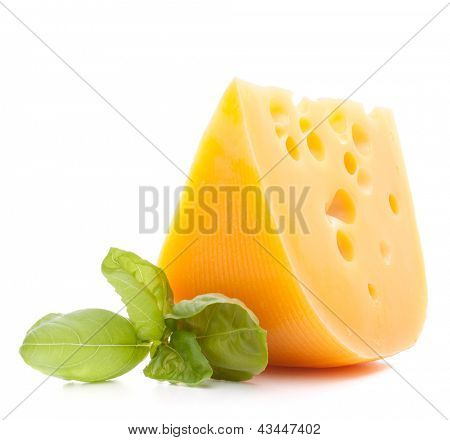 Käse und Basilikum Blätter stilleben isoliert auf weißem Hintergrund