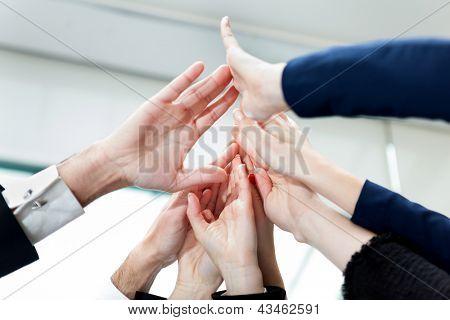 Close de mãos de pessoas de negócios dando Five