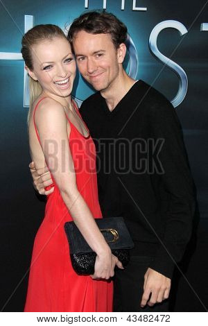 "LOS ANGELES - 19 de MAR: Francesca Eastwood, Tyler Shields chegam ao mundo de ""The Host"" estréia no"