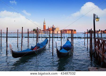 Gondeln und San Giorgio Maggiore Kirche am Canal Grande in Venedig
