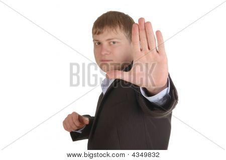 Hombre sombrío en traje hacer parada