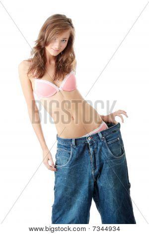 Frau zeigt, wie viel Gewicht sie verloren.