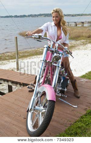 Mulher loira sexy Bikini e Shorts em moto Chopper